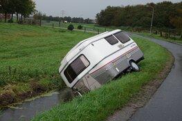Caravan schiet los van auto