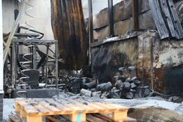 Loods door brand verwoest. Schade bij daglicht goed zichtbaar